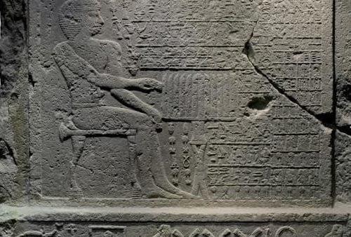"""La  """"stele della falsa porta"""" del dignitario Nefer al Museo Barracco di Roma"""