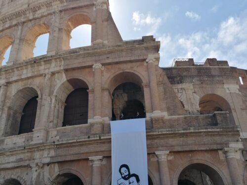 Un lenzuolo gigante al Colosseo contro le mafie
